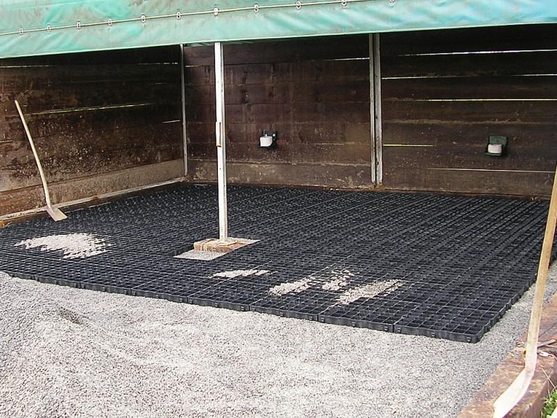 Bodenbefestigung mit Paddockmatten für eine Weidehütte