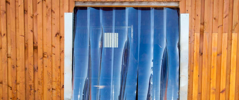 PVC Lammellen montiert im Eingang zum Pferdestall